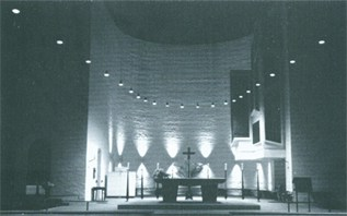 Altarraum mit Kunstbeleuchtung