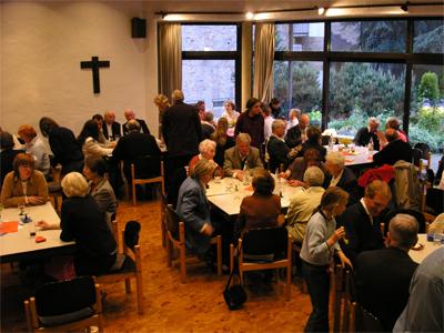 Pfingstsamstag 2005: Angeregte Gespräche nach der Vorstellung des neuen Kreuzweges